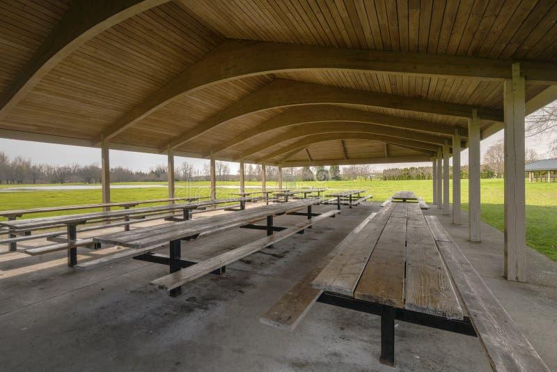Geschützte Picknicktische im blauen Seepark Oregon stockbild