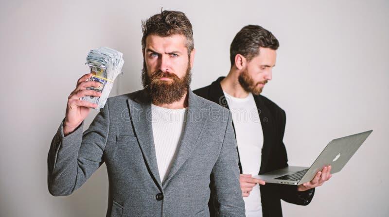 IT-Gesch?ft Geld ?berall verdienen Erwerben Sie das Online Geld Sie k?nnen Geld verdienen Team des Web-Entwicklers mit Laptop und stockfotos