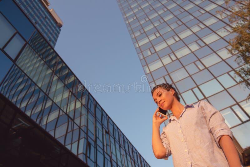 Gesch?ft, Kommunikation, Technologie und Leutekonzept - junges l?chelndes Afroamerikanergesch?ftsfrauersuchen stockfoto