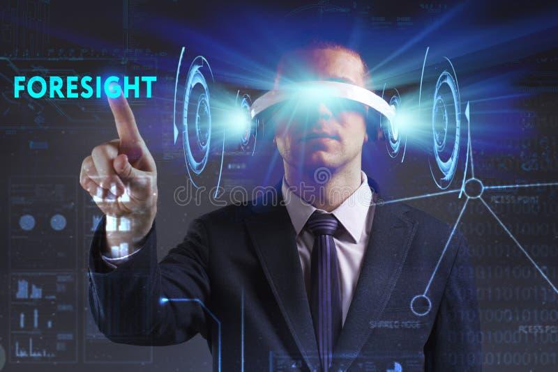 Gesch?fts-, Technologie-, Internet- und Netzkonzept Der junge Gesch?ftsmann, der in den Gl?sern der virtuellen Realit?t arbeitet, lizenzfreie stockbilder