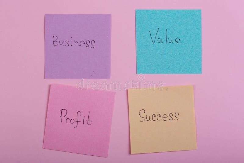 Gesch?fts- und Erfolgskonzept - bunte klebrige Anmerkungen mit Wortgesch?ft, Wert, Gewinn, Erfolg lizenzfreie stockfotografie