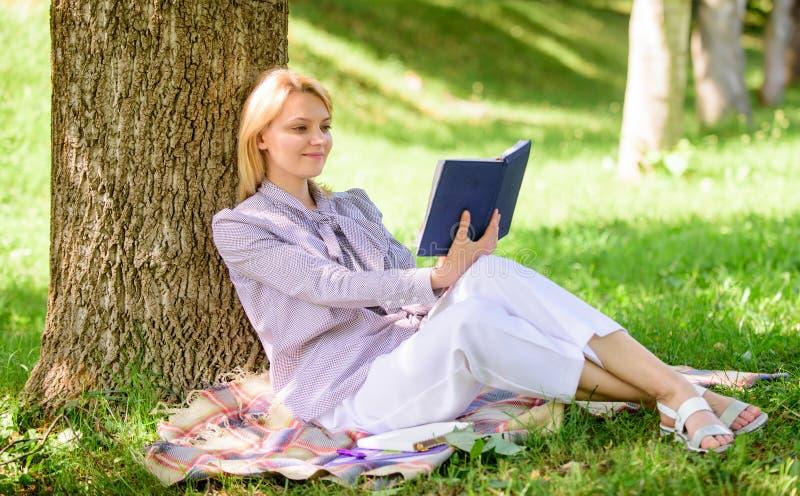Gesch?ftsdame finden Minute, um Buch zu lesen, ihr Wissen zu verbessern Weibliche Selbstverbesserung M?dchenmageres auf Baumwann  lizenzfreie stockfotos