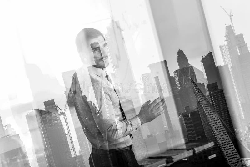 Gesch?ftsdarstellung auf Hauptversammlung gegen New- York Cityfensterreflexionen lizenzfreies stockfoto