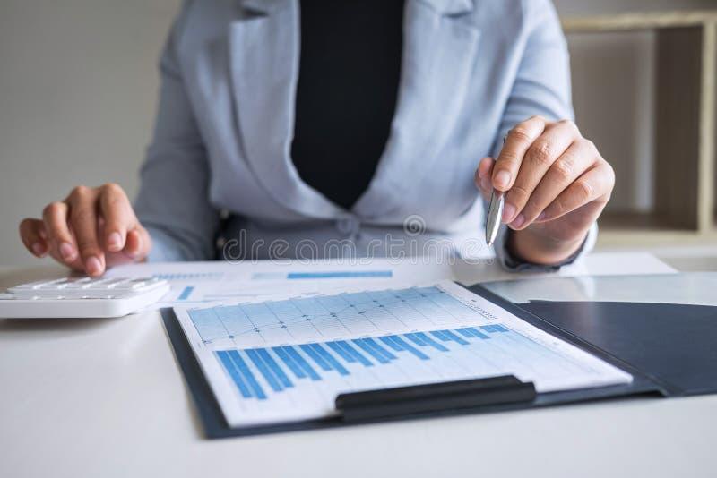 Gesch?ftsfrau-Buchhalterarbeitsrechnungspr?fung und Berechnung Ausgabendes j?hrlichen Finanzberichts-Bilanzjahresabschlusses, tue stockfotos