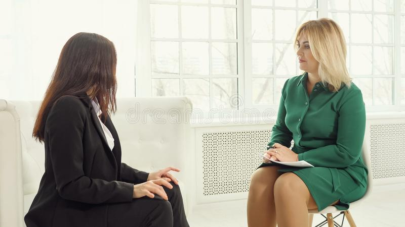 Gesch?ftsfrau an der Therapie-Sitzung lizenzfreies stockbild