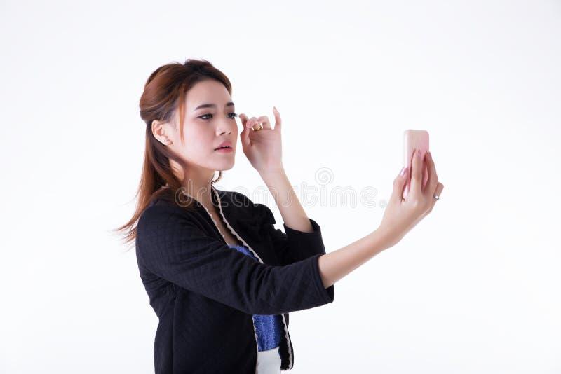 Gesch?ftsfrau, die ihr Make-up ?berpr?ft stockbilder