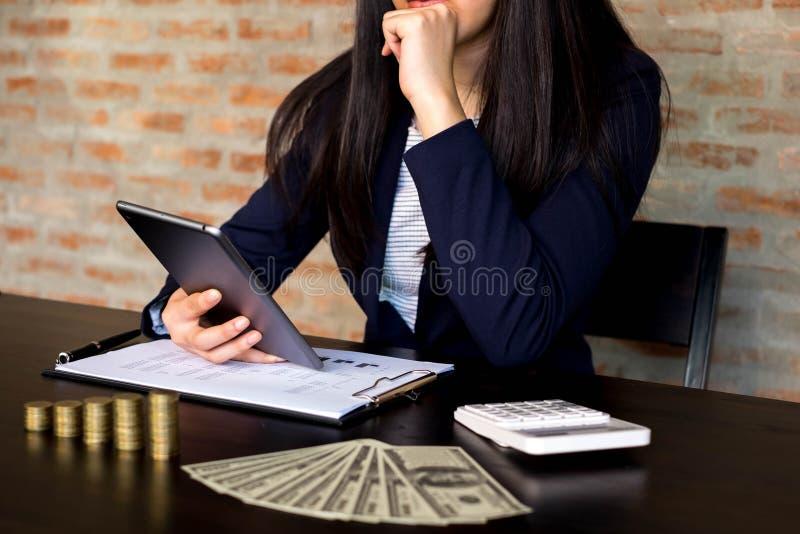 Gesch?ftsfrau, die Tablette zur Situation auf dem Marktwert, Gesch?ftskonzept verwendet lizenzfreie stockbilder