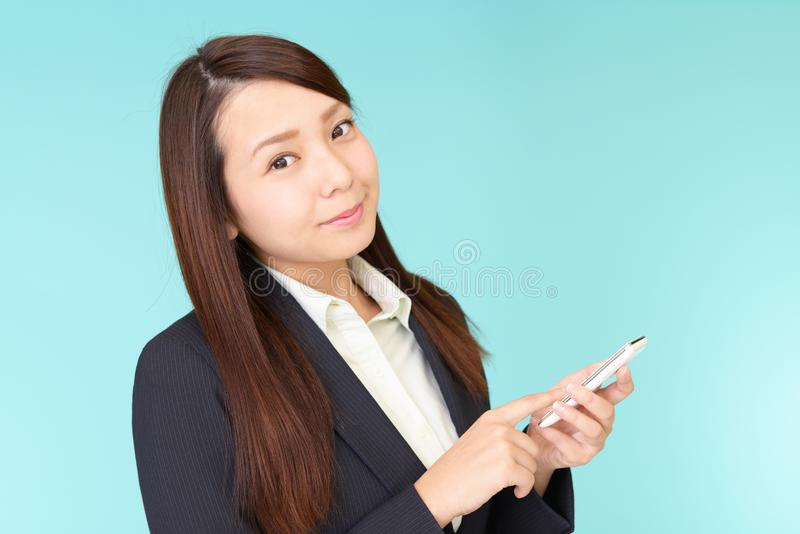 Gesch?ftsfrau mit einem intelligenten Telefon stockfotografie