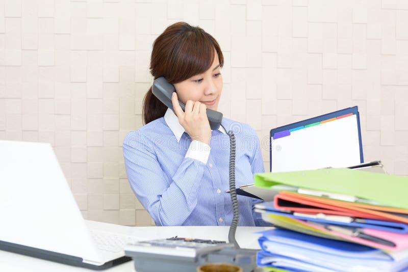Gesch?ftsfrau mit einem Telefon stockfotos