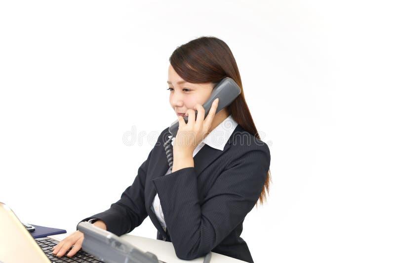 Gesch?ftsfrau mit einem Telefon lizenzfreies stockfoto