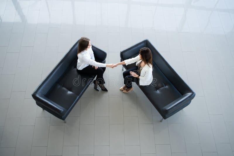 Gesch?ftskollegeh?ndedruck Geschäftsfrauen, die Hände nach einer erfolgreichen Sitzung rütteln stockfotografie