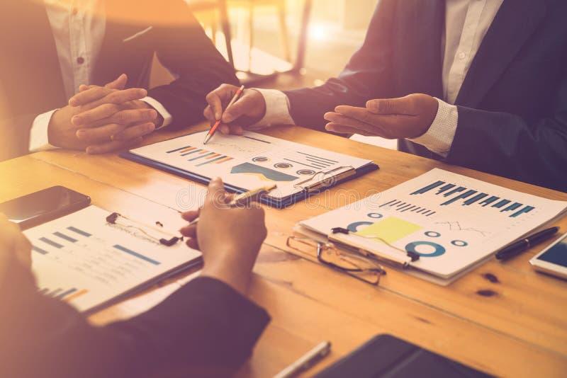 Gesch?ftsleute, die Finanzberichte bei der Sitzung besprechen Unternehmensplanung, Ideenkonzept teilend lizenzfreies stockbild