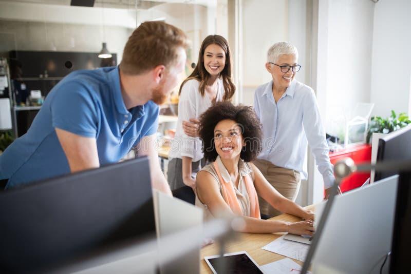 Gesch?ftsleute gute Teamwork im B?ro Erfolgreiches treffendes Arbeitsplatzkonzept der Teamwork stockfotografie