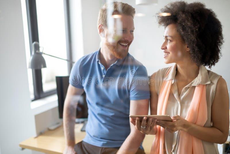 Gesch?ftsleute gute Teamwork im B?ro Erfolgreiches treffendes Arbeitsplatzkonzept der Teamwork stockbild