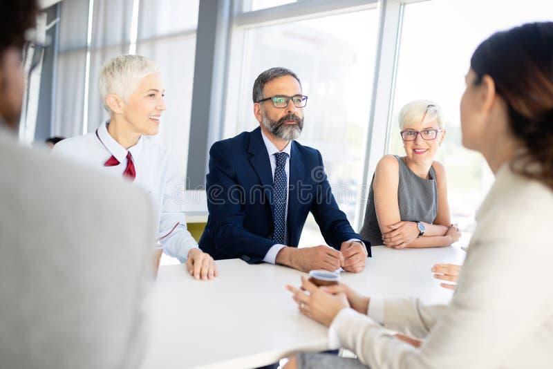 Gesch?ftsleute Konferenz und Sitzung im modernen B?ro stockbild