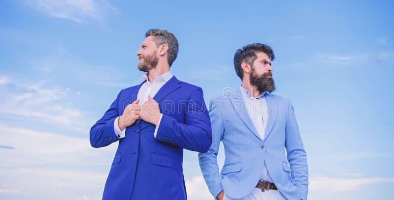 Gesch?ftsleute stehen Hintergrund des blauen Himmels Gesch?ftsleute Konzept Wohler gepflegter Auftritt verbessert Gesch?ftsansehe lizenzfreie stockbilder