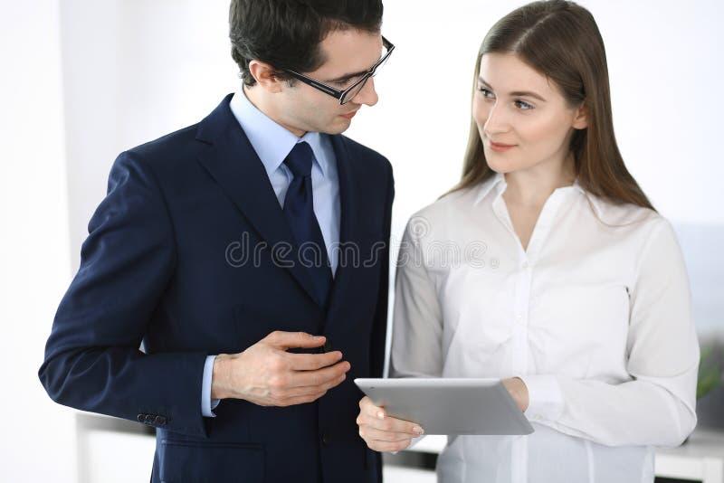 Gesch?ftsm?nner und Frau, die Tablet-Computer im modernen B?ro verwendet Kollegen oder Unternehmensmanager am Arbeitsplatz partne lizenzfreies stockbild