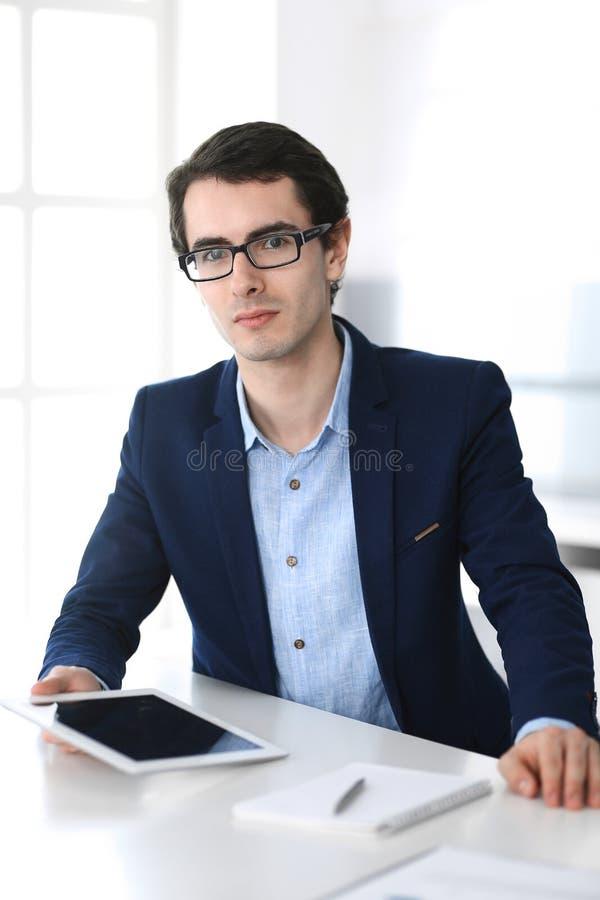 Gesch?ftsmann, der mit Tablet-Computer im modernen B?ro arbeitet Headshot des m?nnlichen Unternehmers oder des Unternehmensmanage lizenzfreies stockbild