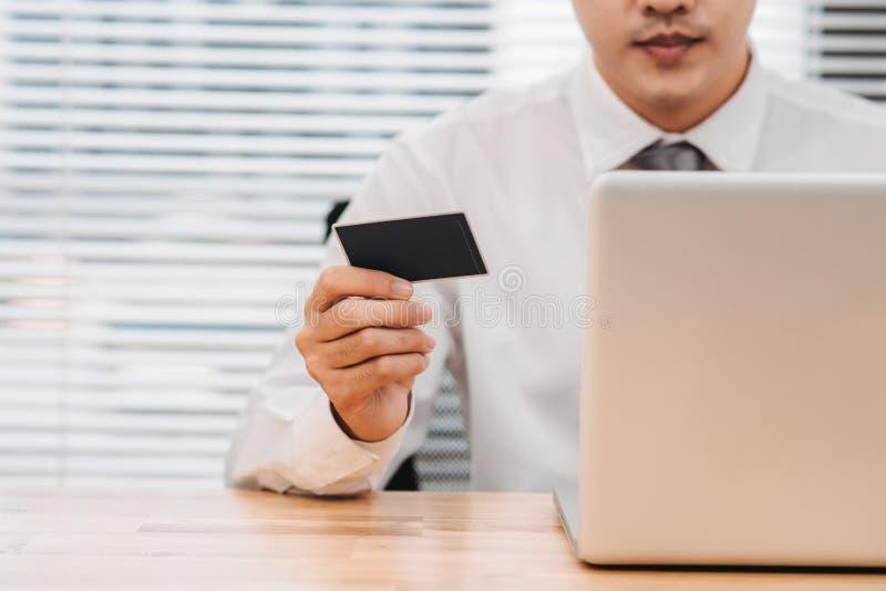 Gesch?ftsmann, der Online-Banking tut, eine Zahlung leistet oder im Internet ein Produkt kauft stockbild