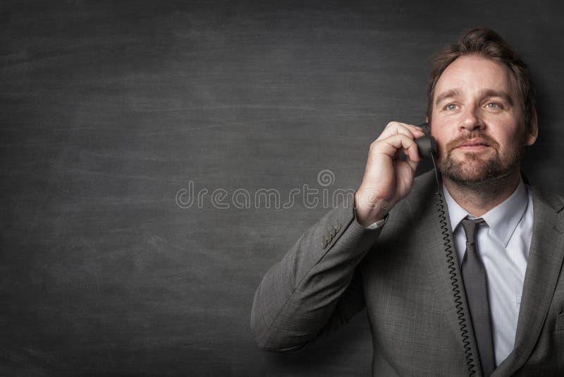 Gesch?ftsmann, der am Schnurtelefon antwortet stockfotos