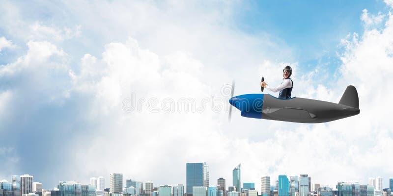 Gesch?ftsmann im Fliegerhut und -schutzbrillen lizenzfreies stockfoto
