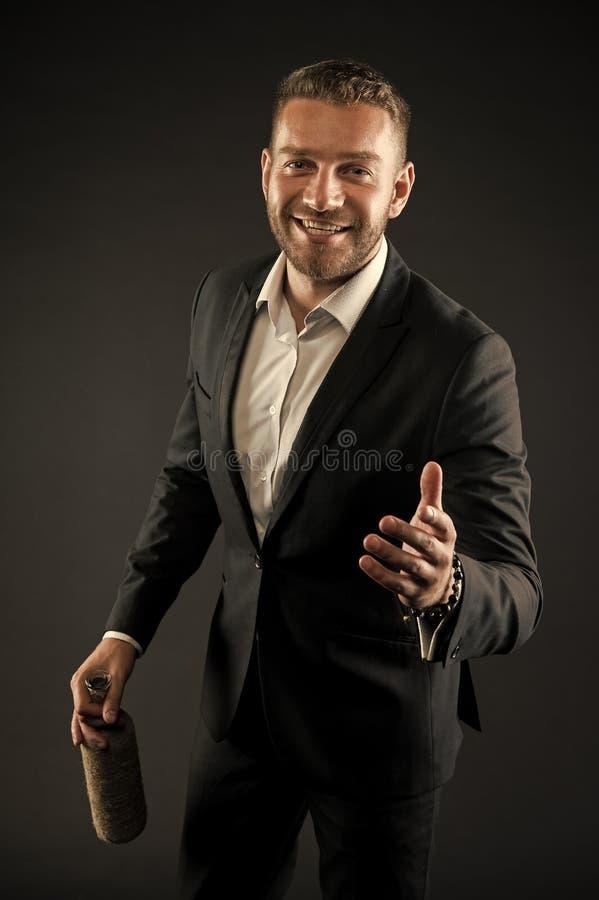 Gesch?ftsmann oder Mann des Gesellschaftsanzugs in den Willkommen nett auf dunklem Hintergrund Mann auf dem gl?cklichen Gesicht,  lizenzfreie stockfotografie