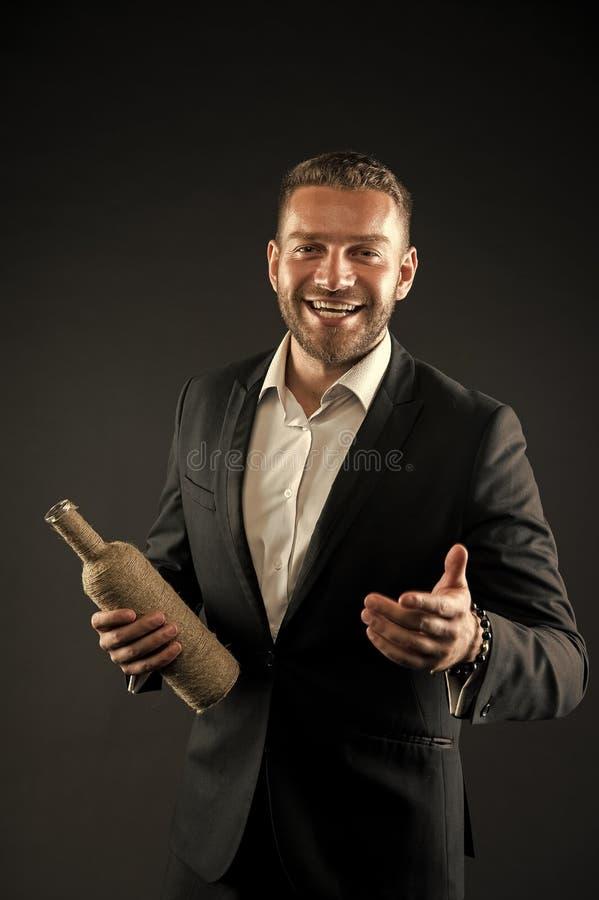 Gesch?ftsmann oder Mann des Gesellschaftsanzugs in den Willkommen nett auf dunklem Hintergrund Mann mit dem Borstenblick nett und lizenzfreie stockfotos