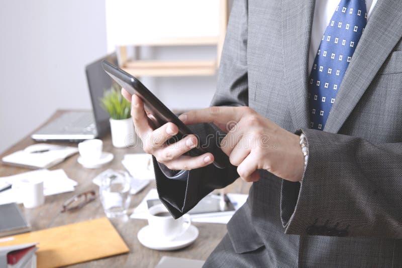 Gesch?ftsmann Using Digital Tablet im B?ro lizenzfreie stockfotos