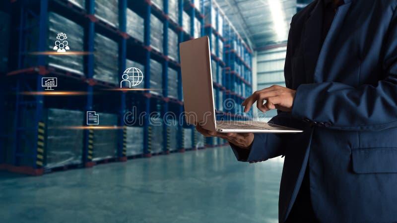 Gesch?ftsmannmanager, der online Laptopkontrollauftr?ge verwendet stockfotos
