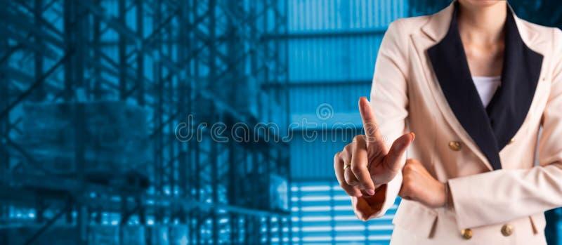 Gesch?ftsmannmanager oder CEO seine Finger von Logistik stockfotografie