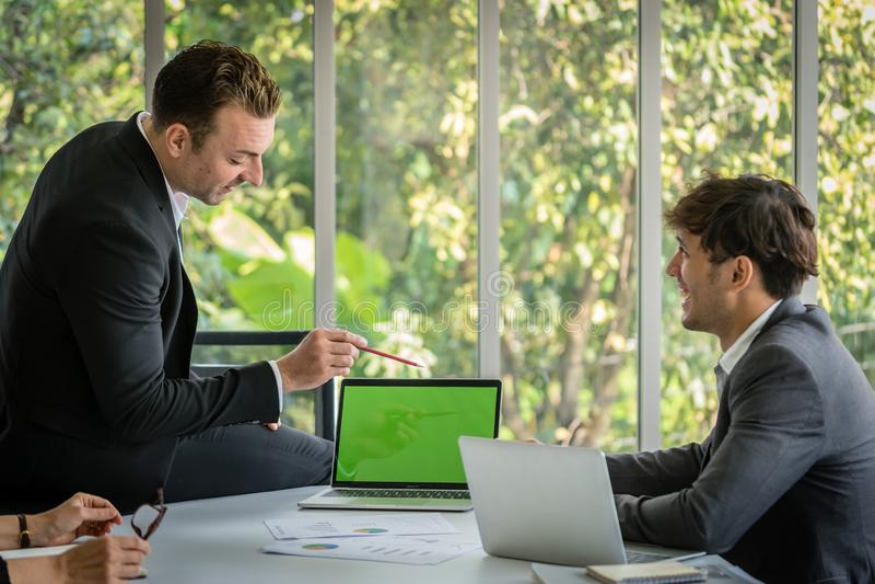 Gesch?ftsmannsitzung mit seinem Kollegen im Konferenzzimmerb?ro lizenzfreies stockbild