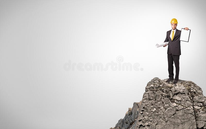 Gesch?ftsperson auf die Oberseite des Felsens mit Kopienraum stockfotos