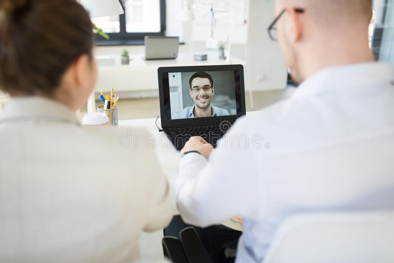 Gesch?ftsteam, das Videokonferenz im B?ro hat lizenzfreie stockbilder