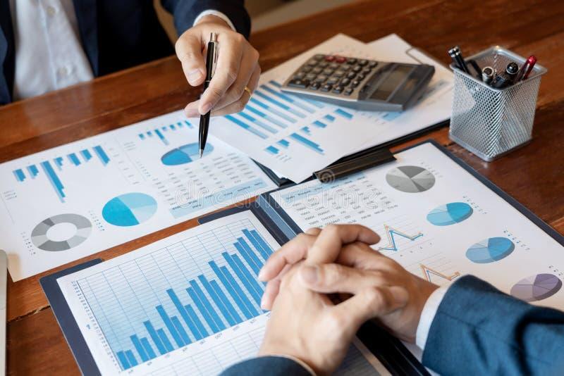 Gesch?ftsunternehmensteambrainstorming, Planungsstrategie, die eine Diskussion Analyse-Investition erforscht mit Diagramm im B?ro stockfotografie