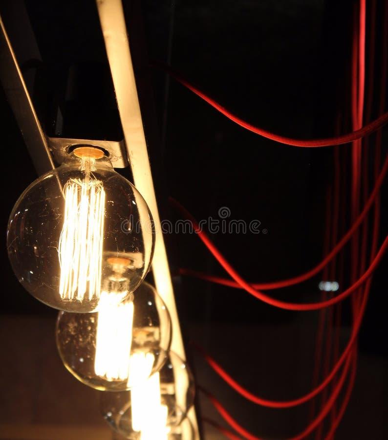 Geschaltete Elektrische Birnen Und Rote Drähte Stockfoto - Bild von ...