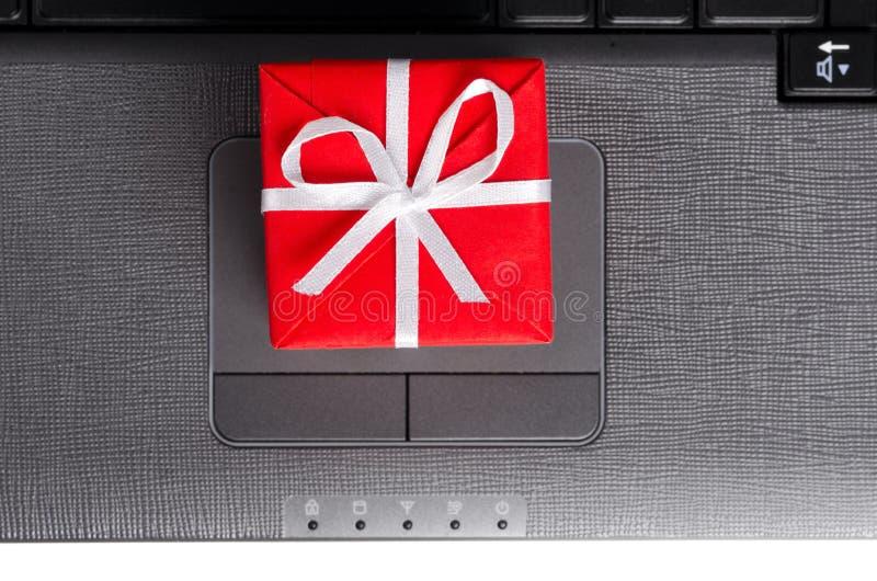 Geschenk auf einer Laptoptastatur stockfoto