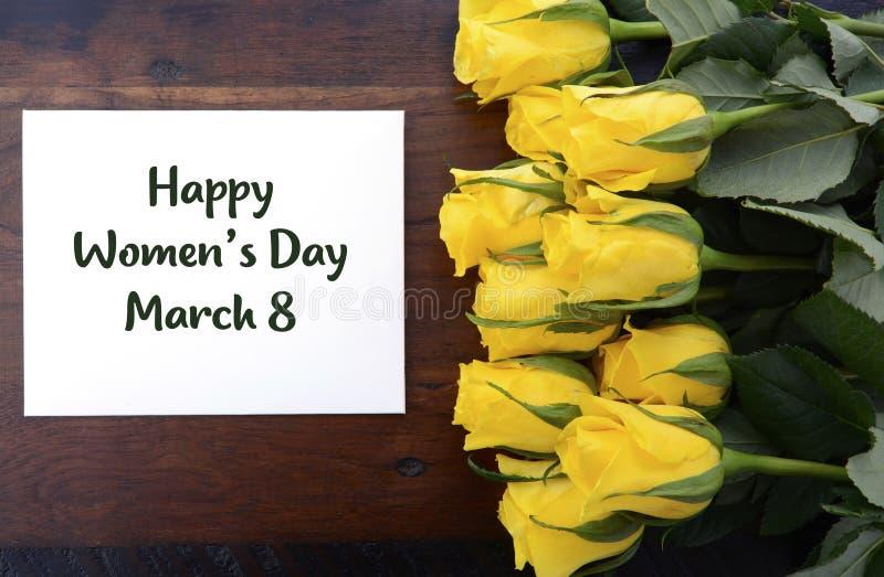 Geschenk der gelben Rosen der internationalen Frauen Tages lizenzfreie stockfotos