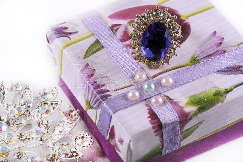Geschenk der Liebe mit dem Ring und der Ahle stockfotografie