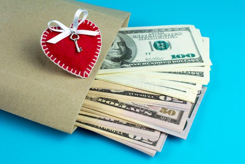 Geschenk für St.-Valentinstag-Papiertüte mit Geld lizenzfreies stockbild