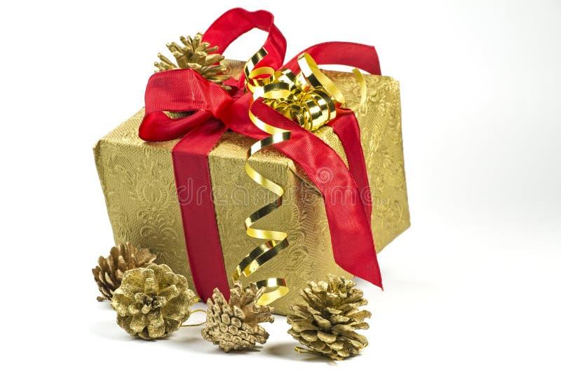 Download Geschenk Im Gold Und Im Rot Stockbild - Bild von papier, geburtstag: 27727469