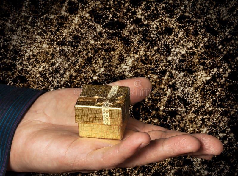 Geschenk im Goldkasten lizenzfreie stockfotos