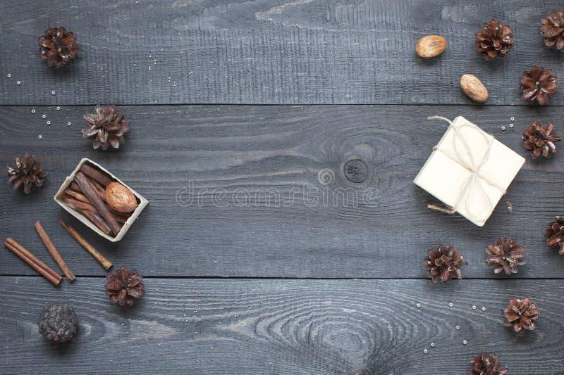 Geschenk, Karte, Kiefernkegel und cinnamonin lizenzfreie stockfotografie