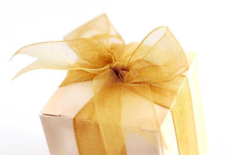 Geschenk-Kasten mit goldenen Farbbändern stockbilder