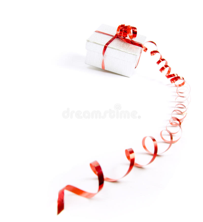 Geschenk-Kasten mit rotem Farbband stockfotografie
