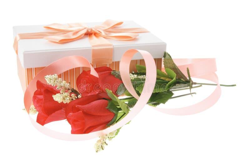 Geschenk-Kasten und rote Rosen lizenzfreies stockfoto