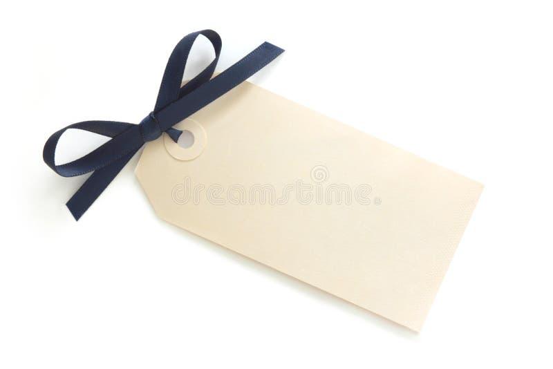 Geschenk-Marke mit blauem Bogen lizenzfreies stockbild