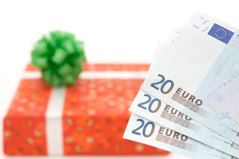 Geschenk mit dem Geld getrennt auf Weiß lizenzfreie stockfotos