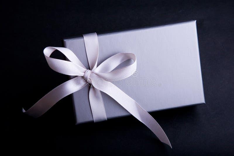 Geschenk mit einem Satin-Farbband lizenzfreies stockbild