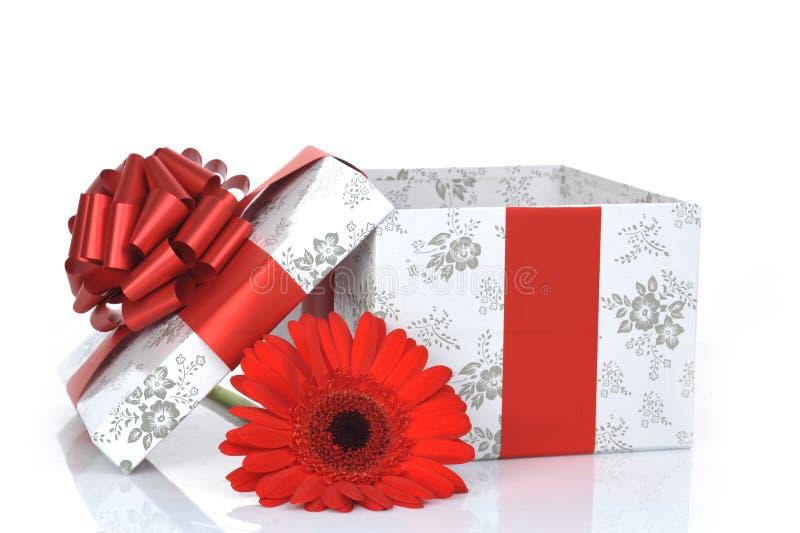 Geschenk mit Farbband und Blume stockfotos