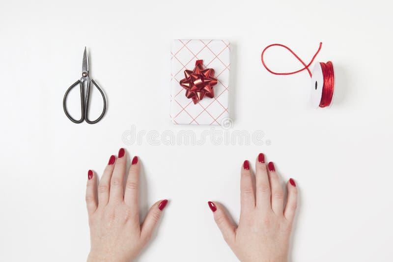Geschenk mit großem rotem Bandstern auf weißem Hintergrund Moderne Art stockbilder